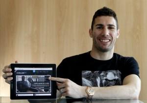 Carlos Cuéllar posa con su web